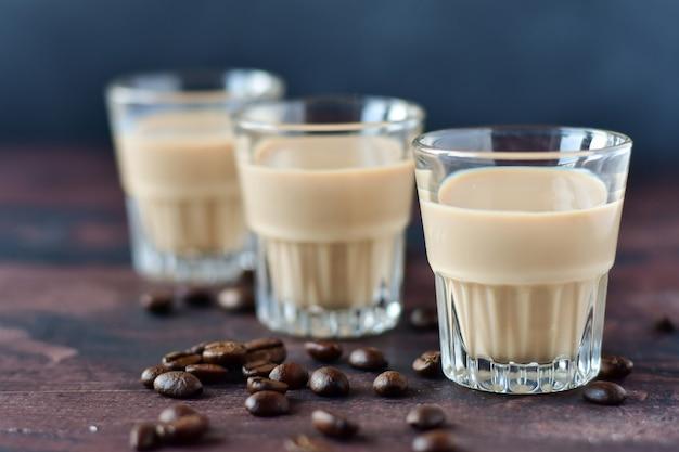 Licor de café forte com grãos de café