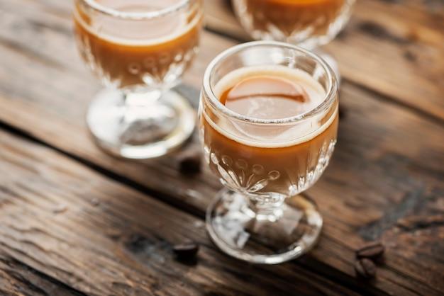 Licor de café forte em copos