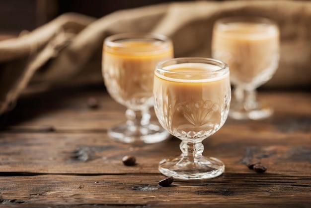 Licor de café forte na mesa de madeira, foco seletivo