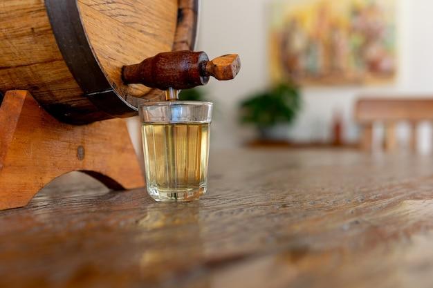 Licor de cana (cachaça tradicional brasileira). bebida alcoólica feita de cana-de-açúcar.