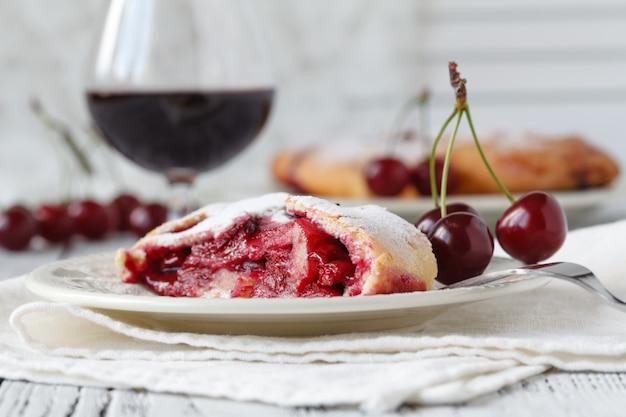 Licor de cereja em copos e tigela com cerejas frescas