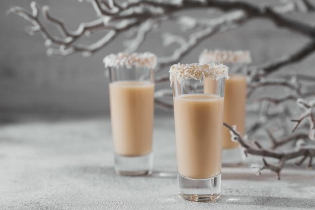 Licor de creme irlandês ou licor de café com coroa de flocos de coco em cima do copo curto. whinter christmas decorations