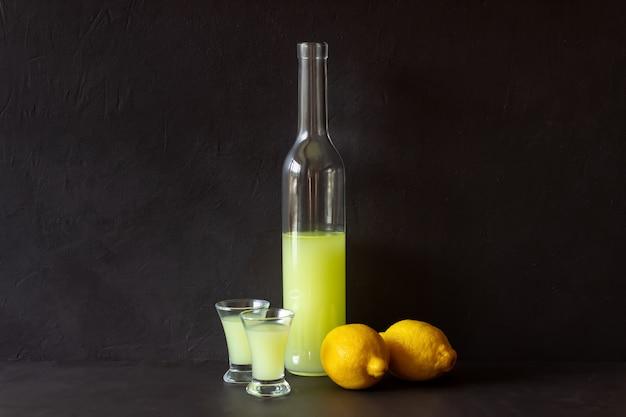 Licor de limoncello italiano. álcool. barra. cozinha nacional. receita.