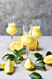 Licor italiano tradicional limoncello com limões e creme
