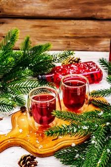 Licor ou tintura de frutas vermelhas festivas como ingrediente para o preparo de coquetel de álcool