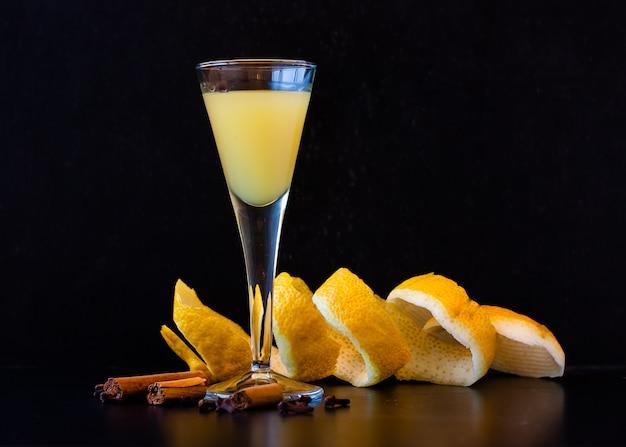 Licor siciliano limoncello em elegante copo no escuro