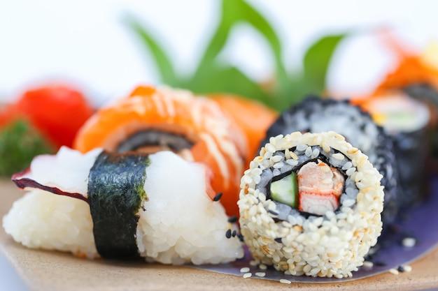 Lidar com rolo de sushi de pauzinhos.