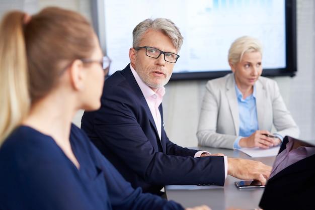 Líder confiante convincente sobre sua opinião durante a conferência