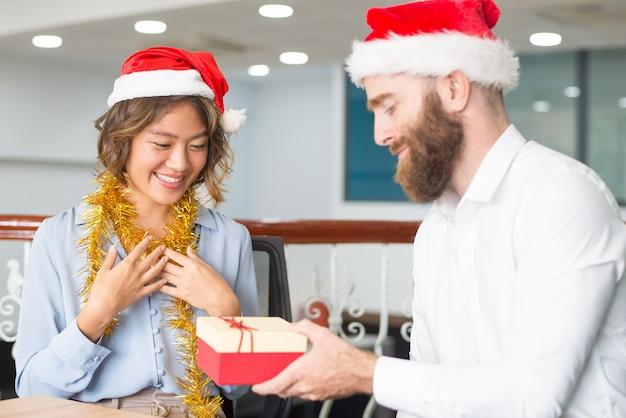 Líder da empresa positiva dando presentes de natal