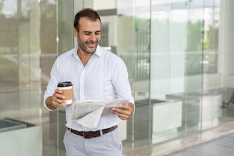 Líder de conteúdo bem-sucedido que lê um artigo positivo