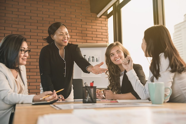 Líder de empresária afro-americana pedindo opinião na reunião