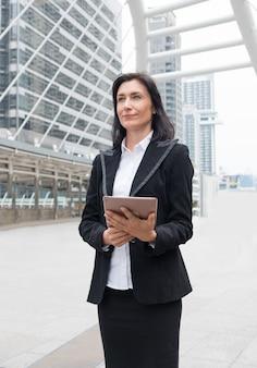 Líder de empresária é suporte segurando laptop com compromisso