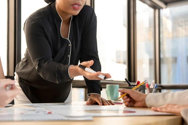 Líder de empresária, pedindo a opinião de seu colega na reunião