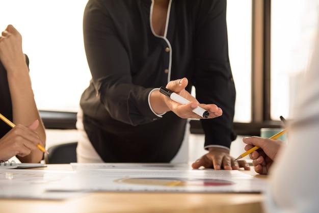 Líder de empresária pedindo a opinião de seu colega na reunião
