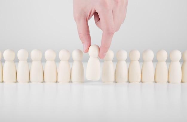 Líder de equipe de sucesso. mão de empresário escolher pessoas que se destacam na multidão.
