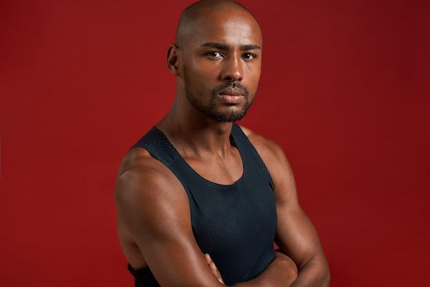 Líder de fitness fecha retrato de jovem africano olhando para a câmera com um sorriso