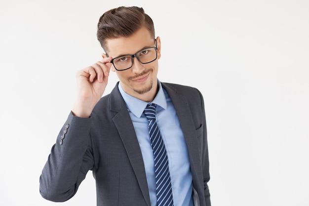 Líder de negócio confiável à moda ajusta vidros