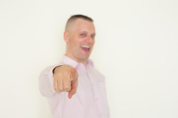 Líder de negócios alegre apontando para você ao fazer a escolha.