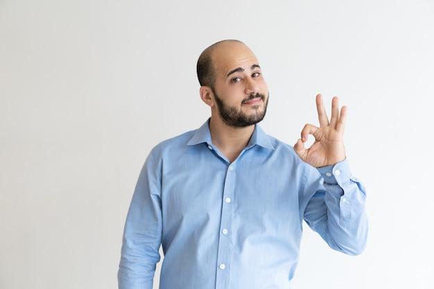 Líder de negócios amigável gesticulando ok