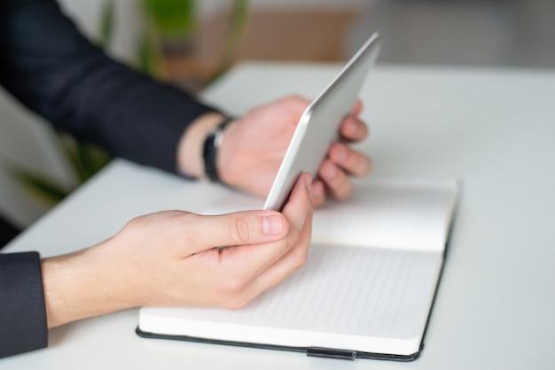 Líder de negócios, analisando o relatório na tela do tablet