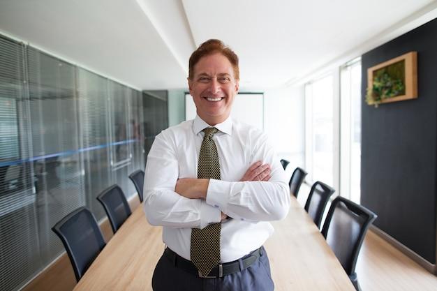 Líder de negócios auto-confiante na sala de conferências