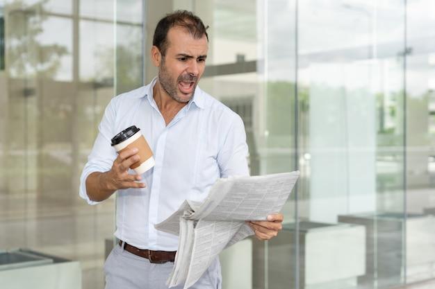 Líder de negócios furioso irritado com avaliação negativa