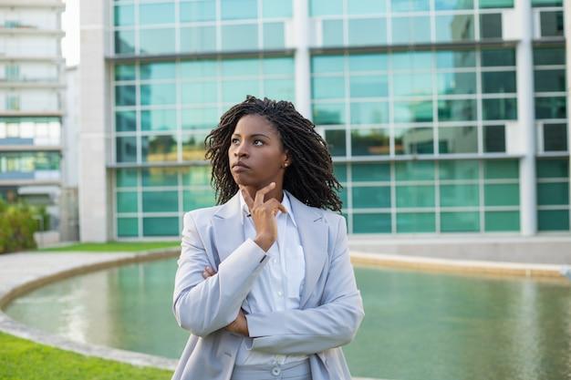 Líder de negócios pensativo sério pensando sobre estratégia