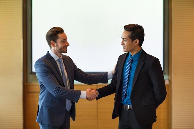 Líder de negócios sorridente parceiro de saudação
