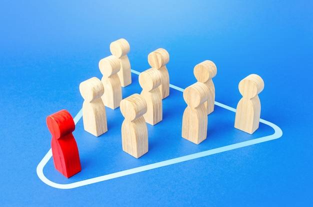 Líder e funcionários trabalham em uma equipe. esforços conjuntos para atingir a meta