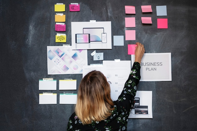 Líder em uma startup de brainstorming usando um quadro-negro
