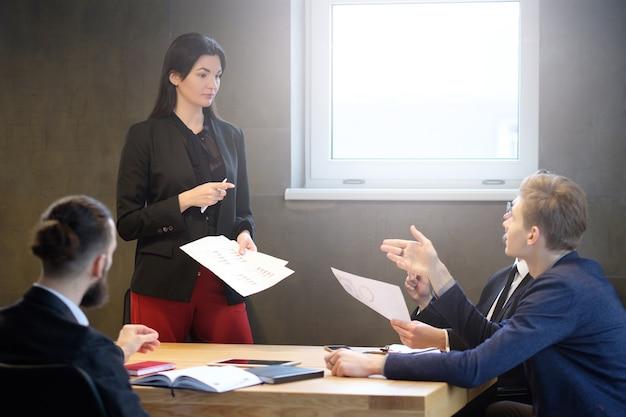 Líder empresarial feminina de sucesso. mulher confiante. reunião corporativa. gerenciamento de projetos. funcionários do sexo masculino