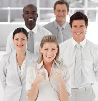 Líder empresarial feminino com thumbs up to camera