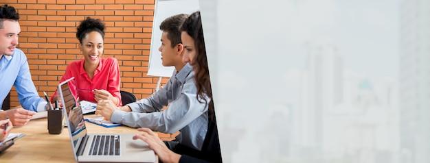 Líder feliz empresária preto na reunião com seus colegas multiétnicas no escritório