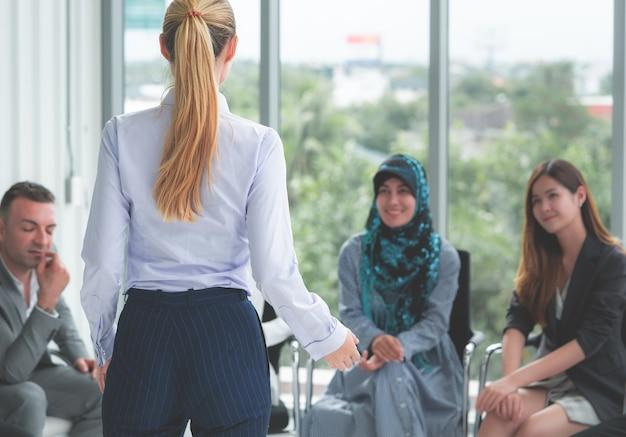 Líder feminina está falando em uma reunião diversificada