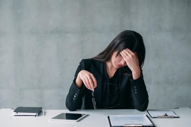 Líder feminina. trabalho exaustivo e vida profissional moderna. estressada mulher de negócios, fazendo uma pausa.