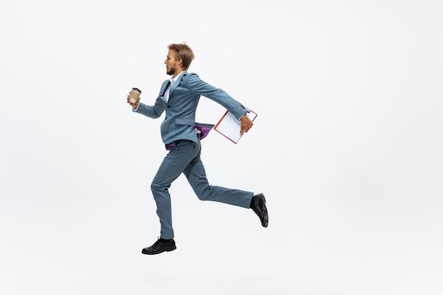 Líder. homem com roupa de escritório correndo, correndo em branco