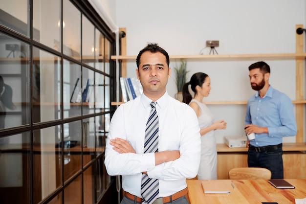 Líder masculino indiano em pé no escritório