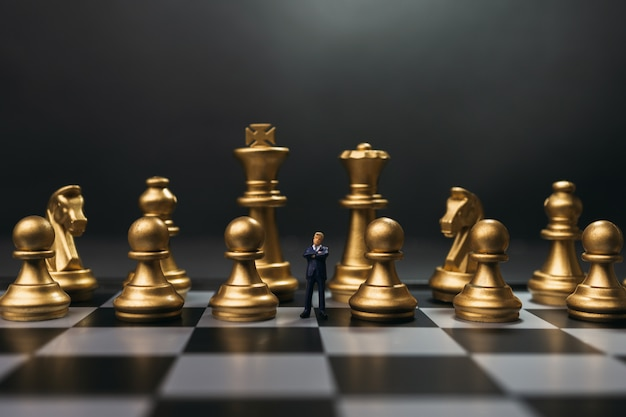 Líder miniture no meio do conceito de equipe ou pessoal.
