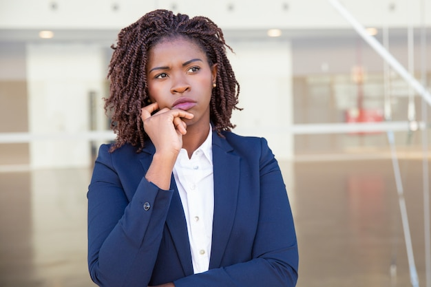 Líder pensativo pensando fora