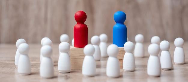 Líder vermelho e azul empresário com multidão de empregado de madeira.
