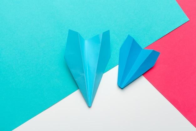 Liderança empresarial, conceito financeiro. avião de papel azul