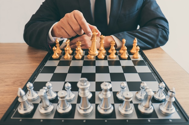 Liderança homem, xadrez jogando, e, pensando, estratégia, plano, sobre, choque, derrubar, a, oposta, equipe