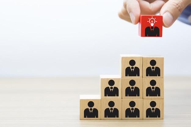 Liderança, trabalho em equipe e conceito de bloco de madeira de negócios.