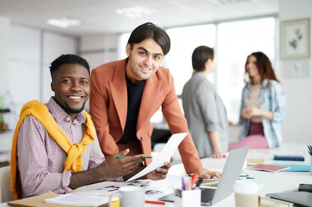 Líderes de negócios contemporâneos sorrindo