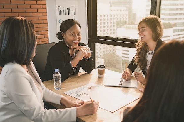 Líderes diversos de empresária na sala de reuniões