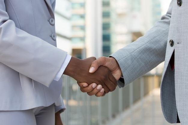 Líderes multiétnicos cumprimentando uns aos outros na cidade