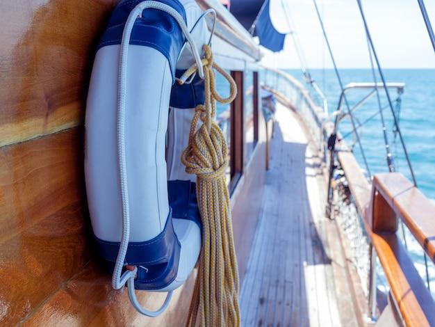 Lifebuoy na parede do veleiro com corda.