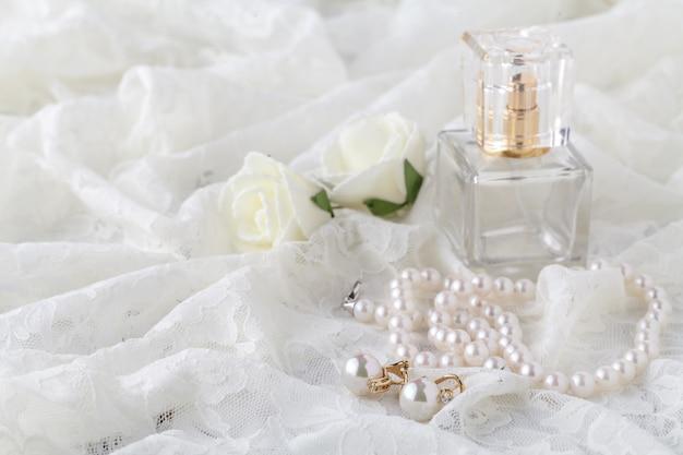 Liga de casamento laço e perfume esperando noiva. foco seletivo.