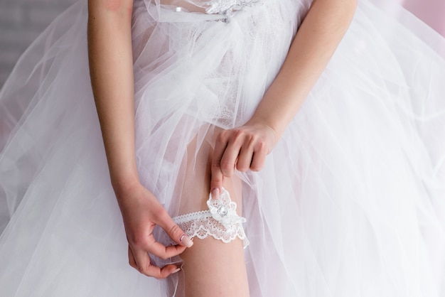 Liga de casamento vestindo noiva. uma mulher demonstra suas pernas sexy