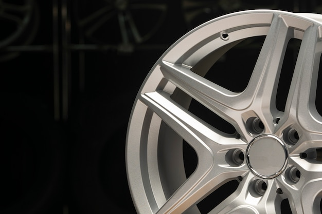 Liga de prata roda, aro novo carro roda em um preto.
